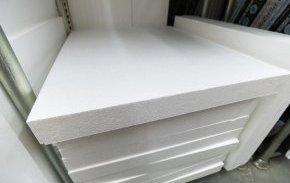 Більшість людей уявляють собі пінопласт у вигляді білого, щільного листа або тари для різної побутової техніки