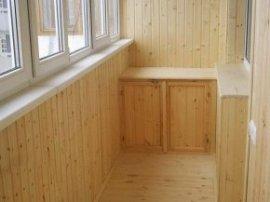 Після утеплення балкон можна обшити вагонкою