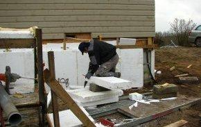 Рекомендується підрізати стандартний лист пінопласту так, щоб вертикальні шви по площині стіни не збігалися